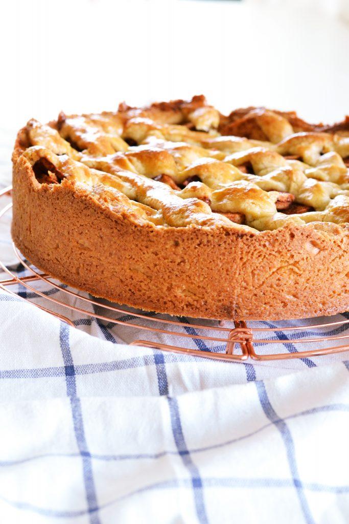 Dutch Apple Pie with Apricot and Walnuts | Koekbook
